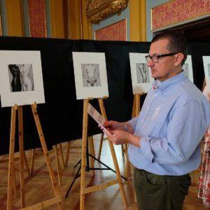 Fernando Barrio, presidente de FEPFI, verificando que la colección está expuesta en el orden correcto. (Fotografía cedida por FEPFI que puedes ver en su Facebook)